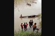 Warga Kalbar menyeberang Sungai Sekayam antar Jenazah Gunakan Perahu menuju TPU