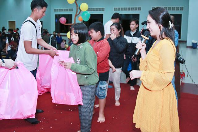 Cao Mỹ Kim xúc động trao hơn 800 phần quà cho người nghèo - Ảnh 4