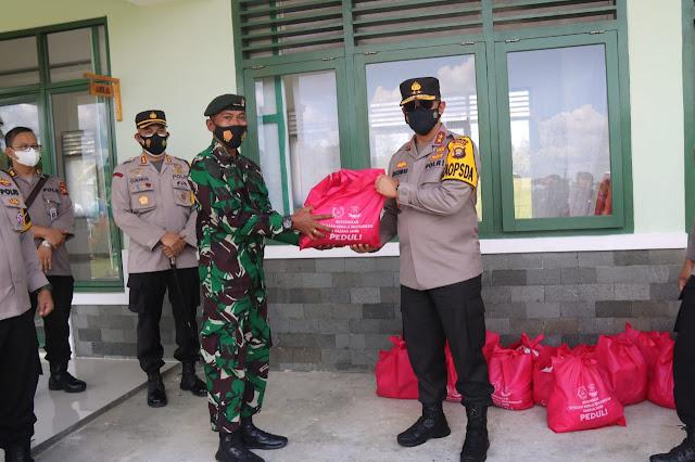 Kapolda Kunjungi Batalyon Yonif 142/Ksatrya Jaya Yonif Raider Berikan 50 Paket Sembako Kepada Prajurit TNI