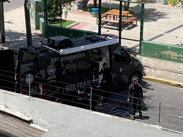 Suspeita de explosivo no Centro de Fortaleza mobiliza Esquadrão Antibombas da Polícia Militar