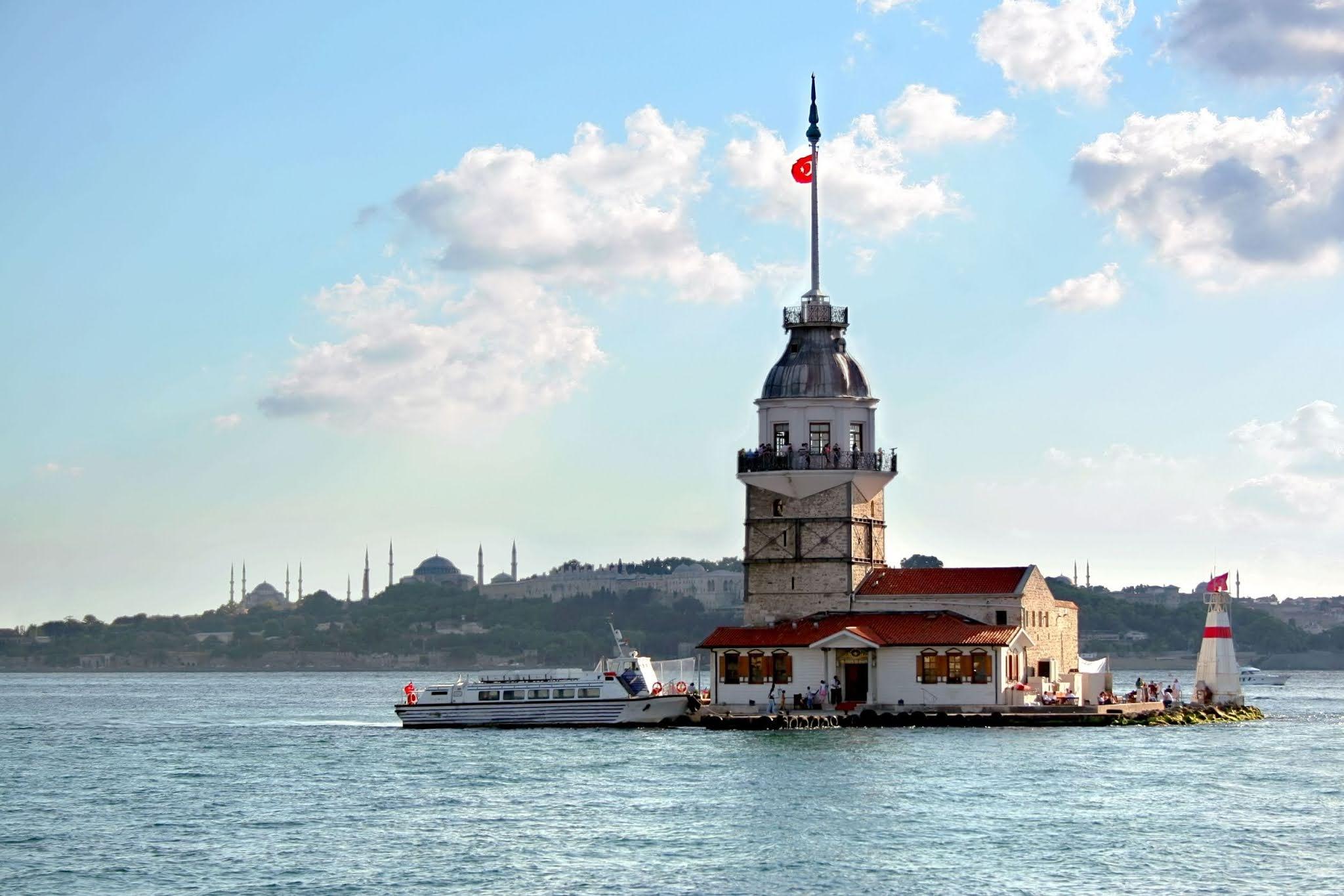 """من أجمل المعالم الساحية في إسطنبول """"برج الفتاة"""" وقصته"""