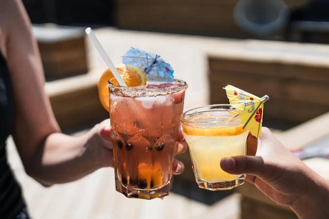 drinks bebdidas e comidas com gin