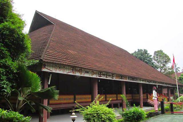 Gambar Rumah adat Maluku tampak dari samping depan