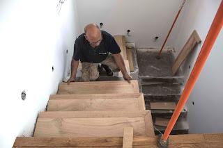 forrar una escalera de madera con roble