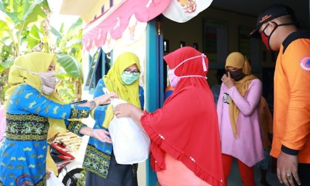 Migas Lampung Berikan Bantuan Sembako untuk Masyarakat Terdampak Covid-19 di Kabupaten Pesibar