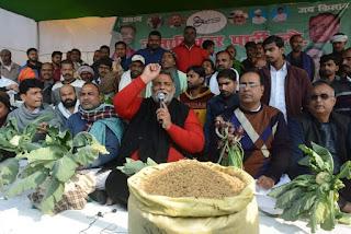 पप्पू यादव ने जाप के अनिश्चितकालीन धरने के दौरान सब्जियों के साथ किया प्रदर्शन