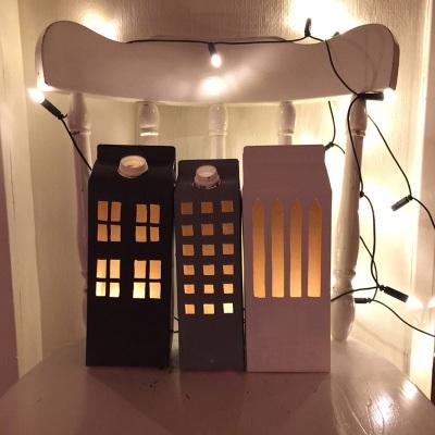 Maket rumah mainan terbuat dari karton bekas kotak susu.