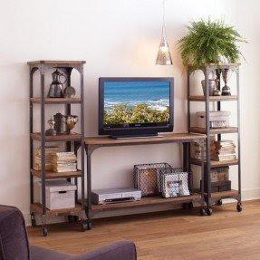 Combinados com vasos de plantas, porta retratos, livros e outros objetos decorativos, os racks podem complementar o espaço de sua sala com aquele estilo só seu.