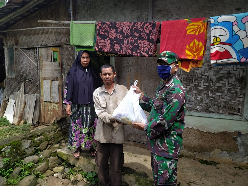 Yonif Raider 300/ Bjw Salurkan Sembako Bantu Warga Binaan Di Tengah Pandemi COVID-19