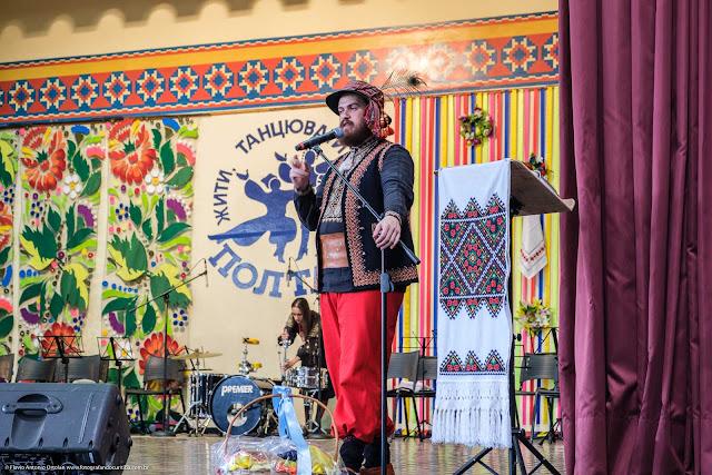 Homem com traje típico ucraniano no palco do Clube Poltava