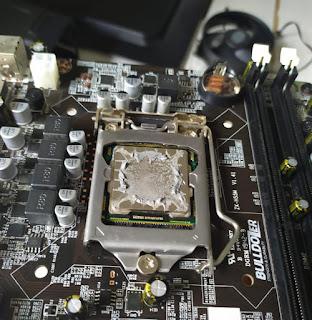 Prosesor yang di thermal paste agar tidak terjadi overheating yang berlebih