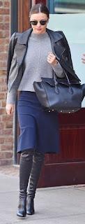 botas pretas, saia pelo jelho azul escura, camisola cinza e bluão pele preto