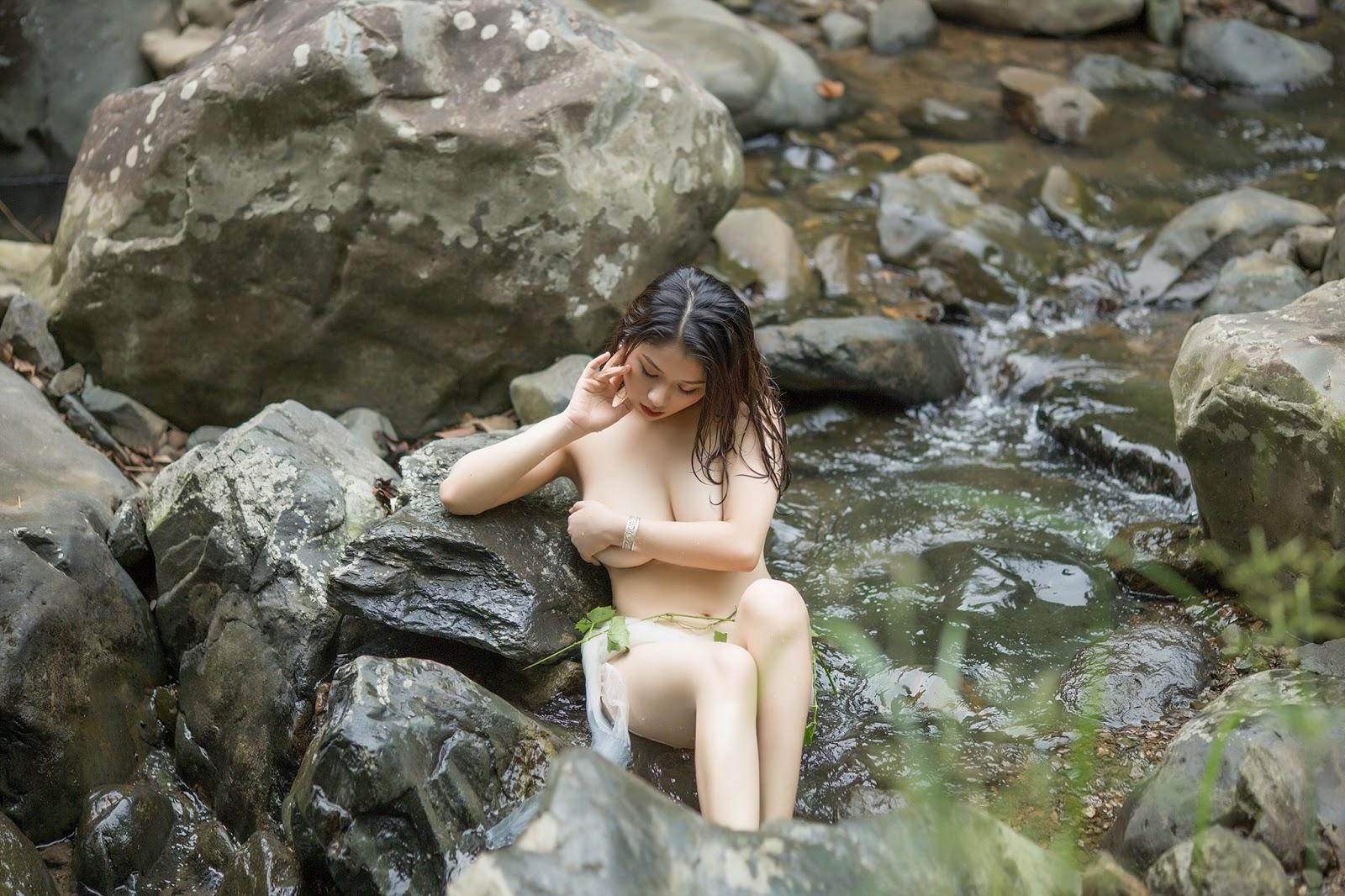 Cô Sơn nữ ngủ quên bên bờ suối khiến người ta mê mẩn