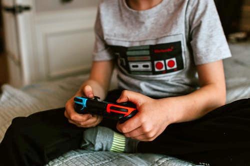 Nintendo Switch Kind spielt mit Headset