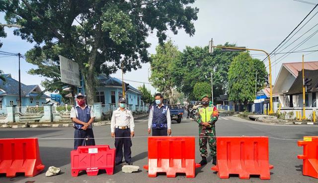 Kompak Bersama DInas Terkait Personel Jajaran Kodim 0207/Simalungun Laksanakan Penyekatan PPKM lll
