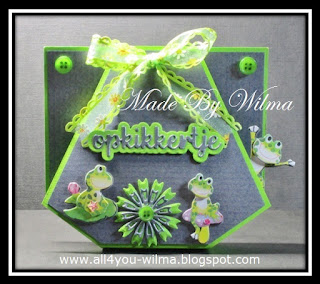 Een buidel-opkikker-kaartje met kikkers, knoopjes en een strik. A pouch-booster-card with frogs, buttons and a bow.