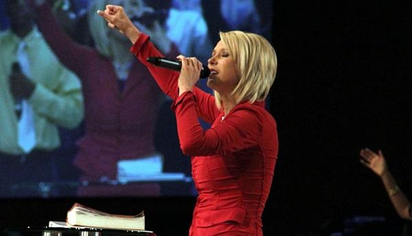 Predicadora cristiana promete resucitar a sus seguidores, pero sí pagan una cuota de 24 mil pesos
