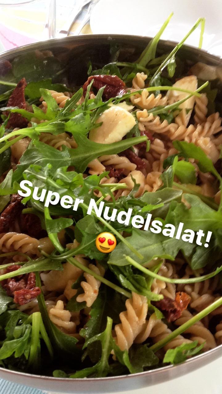Mediterraner Nudelsalat mit getrockneten Tomaten und Rucola