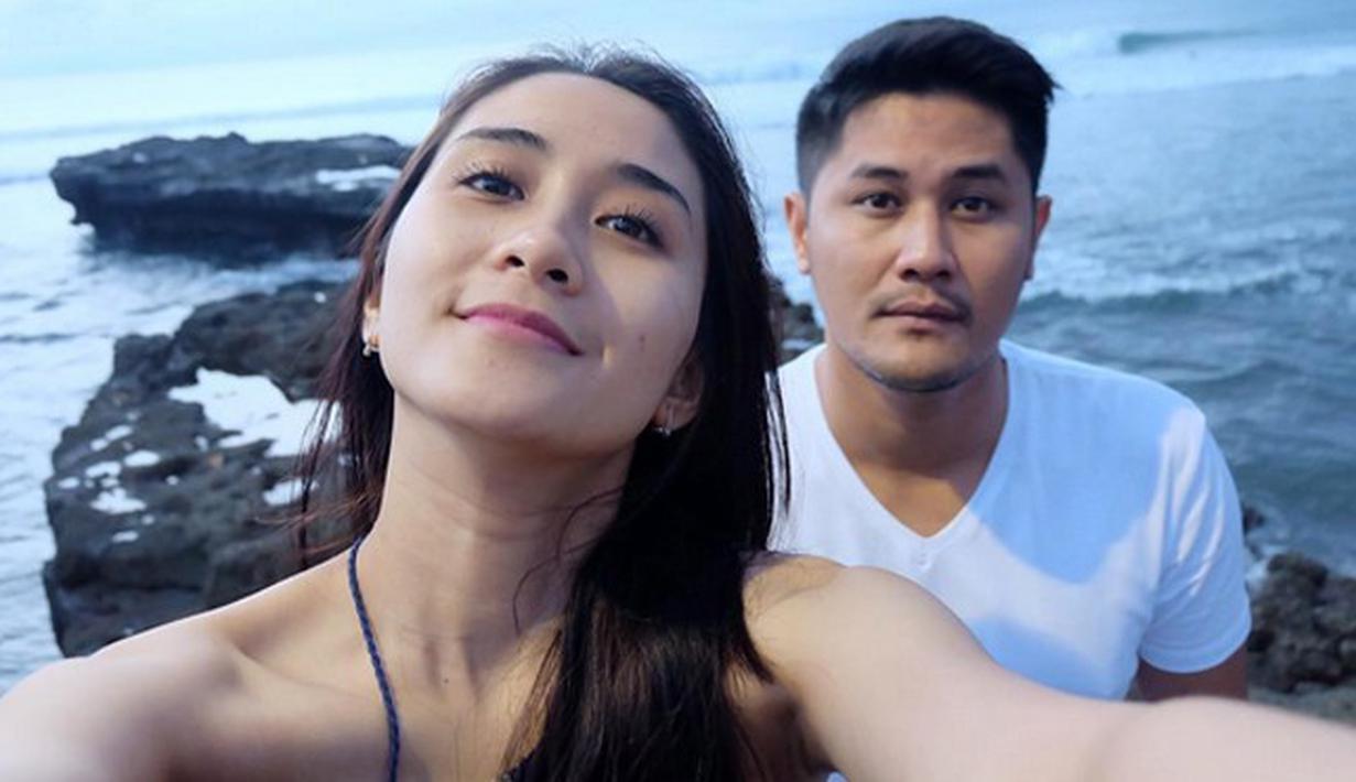 Artis FTV Ryana Dea Selfie di pantai
