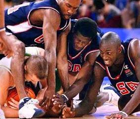 smešna slika: košarkaši se bore za loptu
