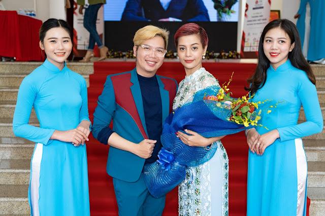 Đạo diễn Holy Thắng đến chúc mừng Ceo Hồ Hương đạt Top 10 thương hiệu uy tín - Ảnh 1