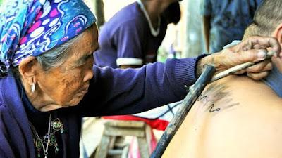 Whand-Od tatuando