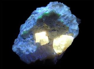 Powellita expuesta a las luz ultravioleta