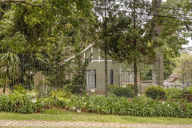Casa em meio a uma vegetação exuberante