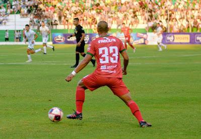 Velasco lució la 33 en su debut