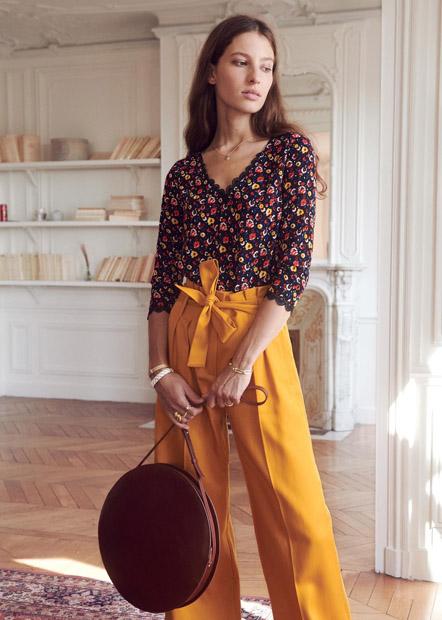 Желтые брюки фасона paper bag с блузкой с цветочным принтом