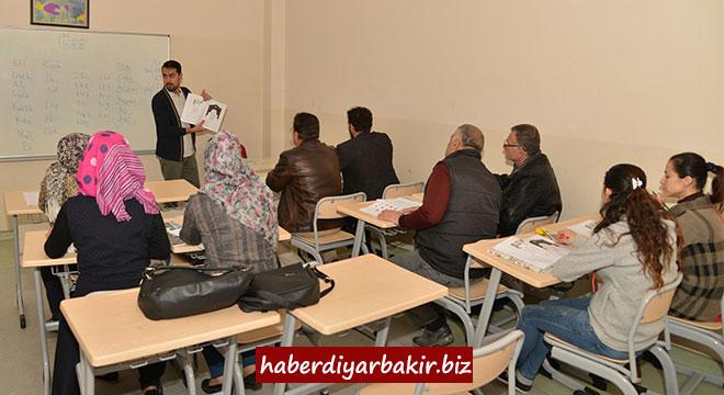 Diyarbakır Büyükşehir Belediyesi okuma-yazma kursu açtı