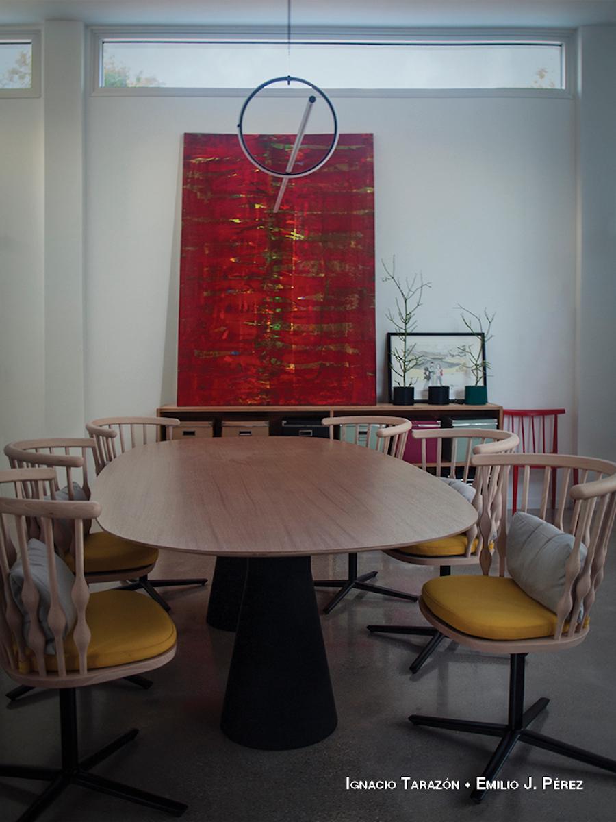 Salón con mesa de diseño de estilo industrial