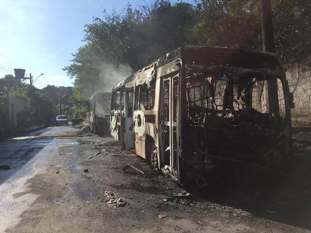 Ônibus são incendiados durante a madrugada em Manaus e frota é recolhida