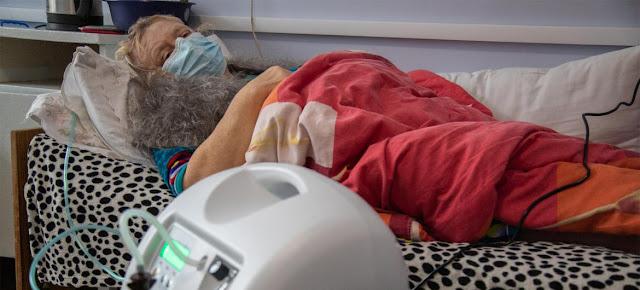 Antonina ,de 58 años, necesita oxigeno tras haber contraido el COVID-19 en Ucrania.UNICEF