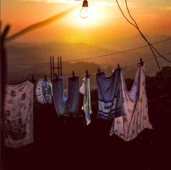 """A roupa lavada no varal e uma lâmpada """"de luz solar"""". Foto: Rogério / Trilha Favela"""