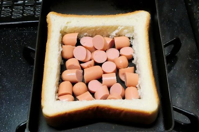 フライパンに皮なしウインナー、食パンの外側をいれた炒める