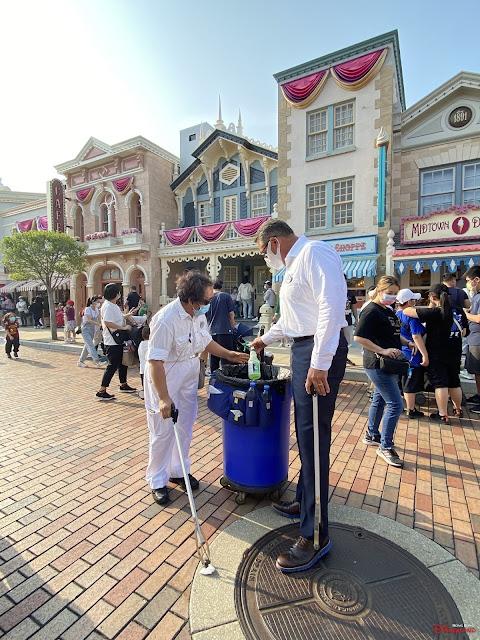 香港迪士尼樂園度假區 新任行政總裁莫偉庭親身落場於2021年復活節長假期與前線同事攜手迎客, Michael-Moriarty-supported-HKDL-cast-Memebers-during-the-easter-Holidays-in-2021
