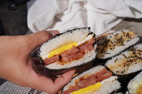 台南東區美食【飯賣集糰】餐點介紹-沙茶香腸蛋飯糰