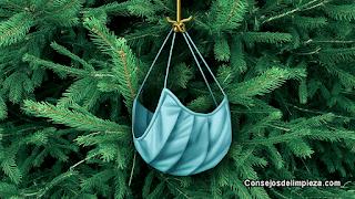 Mascarilla en pino navideño