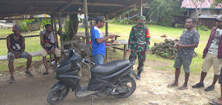 Pererat Hubungan TNI Dengan Rakyat, Babinsa Kodim 1802/Sorong Aktif Jalin Komunikasi Sosial