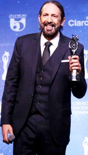 Foto de Juan Luis Guerra con premio