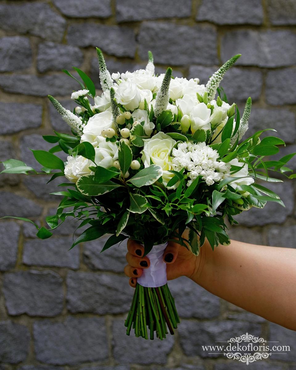 Biały bukiet ślubny w stylu boho