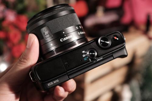 Canon gần như chỉ tập trung đến người dùng phổ thông khi lược bỏ hết các phím điều chỉnh tay.