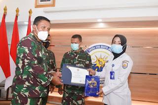 Wakasal Memberikan Penghargaan Kepada Bidan Siti Indriyani