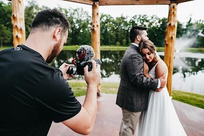 Fotógrafo tomando fotos de una pareja de novios