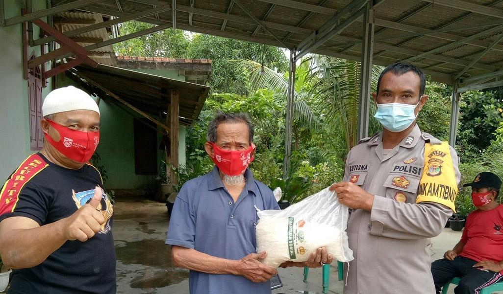 Pandemi Covid-19, Kaoplres Mesuji Beri Bantuan Sejumlah Lansia di Brabasan