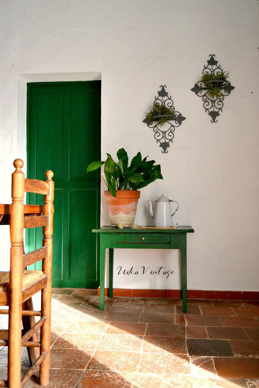 Otra habitación terminada! El comedor decorado con muebles antiguos, ya esta listo para la visita.