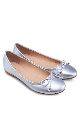 Mua hàng trực tuyến với giày búp bê