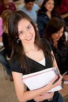 Mujer joven con cuaderno