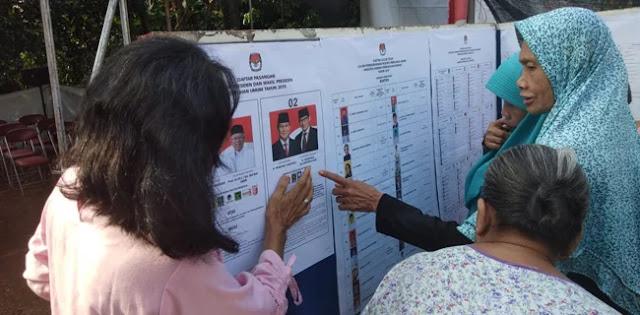 Diskusi Emak-Emak di Pintu TPS: Pilih yang Ganteng